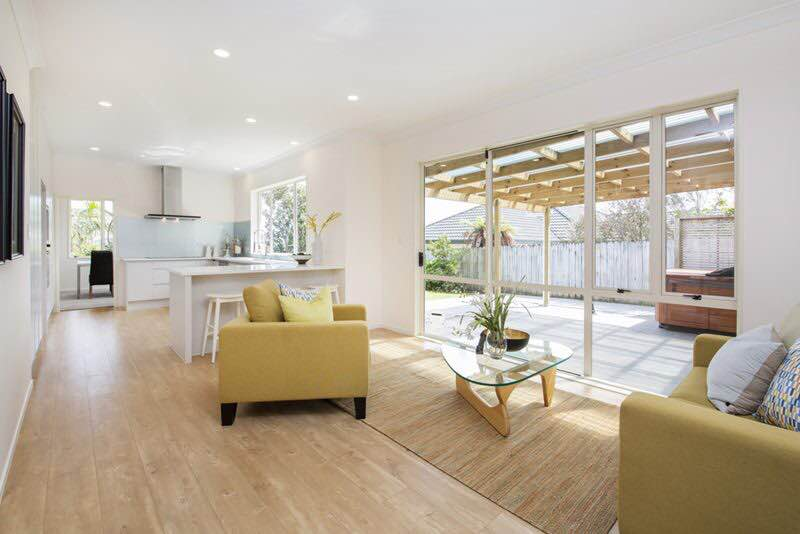 Oak-Saw-Cut-Natural-Laminate-Flooring